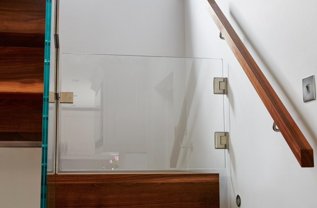 Glass Dog gate on open staircase by Bisca
